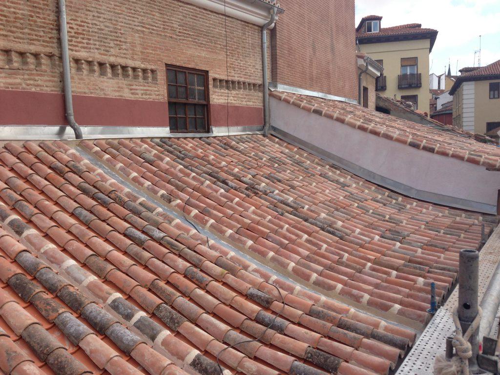 Rehabilitaci n cubiertas con teja curva grupo cubrian for Plastico para tejados